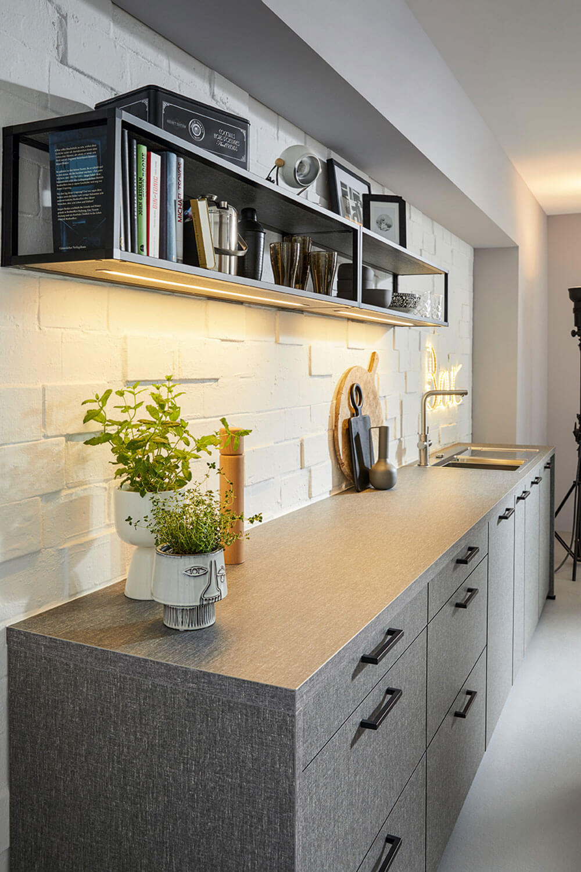 moderne Küchenzeile in grau mit Akzenten