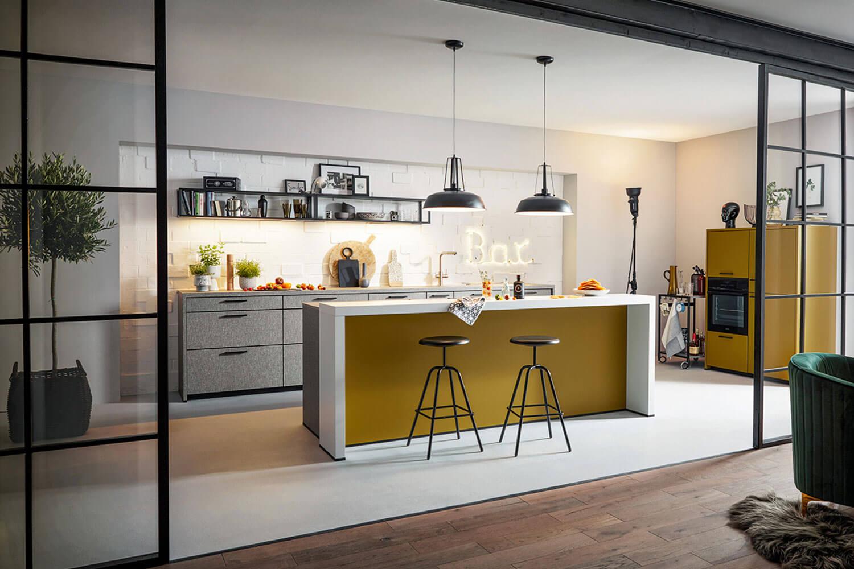 moderne Küchenzeile mit Kücheninsel in grau mit Akzenten in Senfgelb