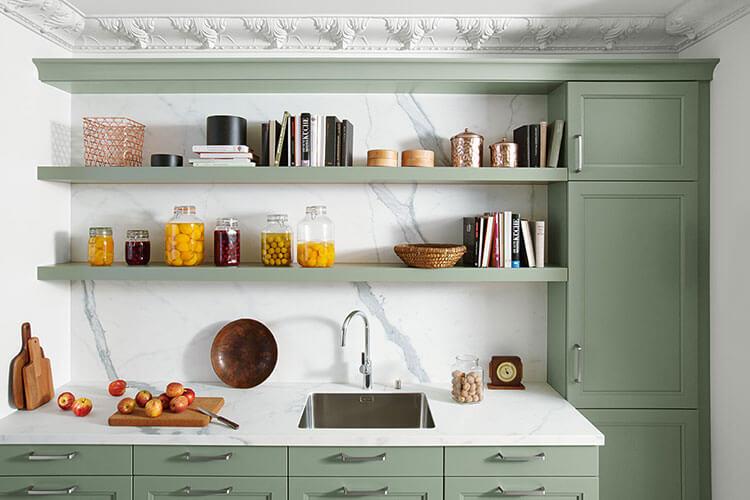 Systhema Küche Fiala in grün - Nahaufnahme Regal