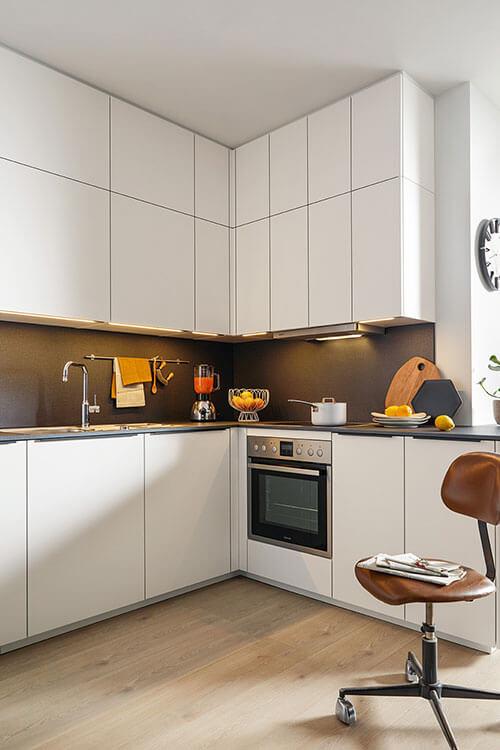 Systhema Küche Finata weiß mit Deckenhoher Oberschrank