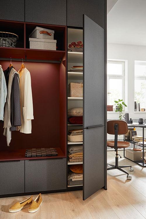 Finata Garderobe grau mit roten Highlights mit geöffnetem Seitenschrank