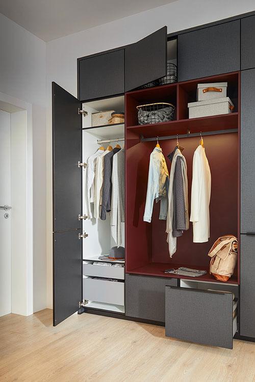 Finata Garderobe in grau mit geöffneten Schränken und Innenbeleuchtung