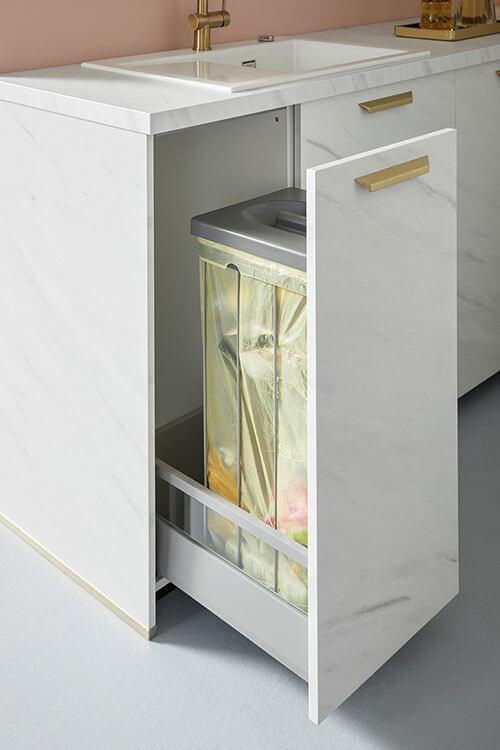 Detailansicht des Abfallauszugs von Küche Taran in heller Marmornachbildung