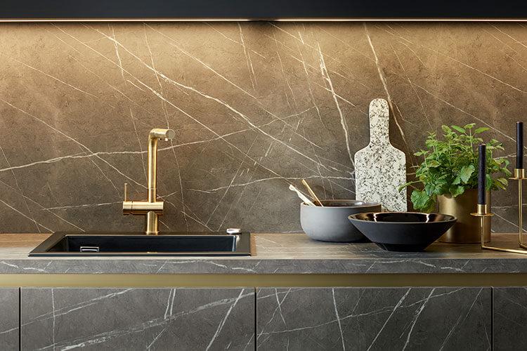 Küche Taran in dunkler Marmornachbildung mit Spülbecken im Detail