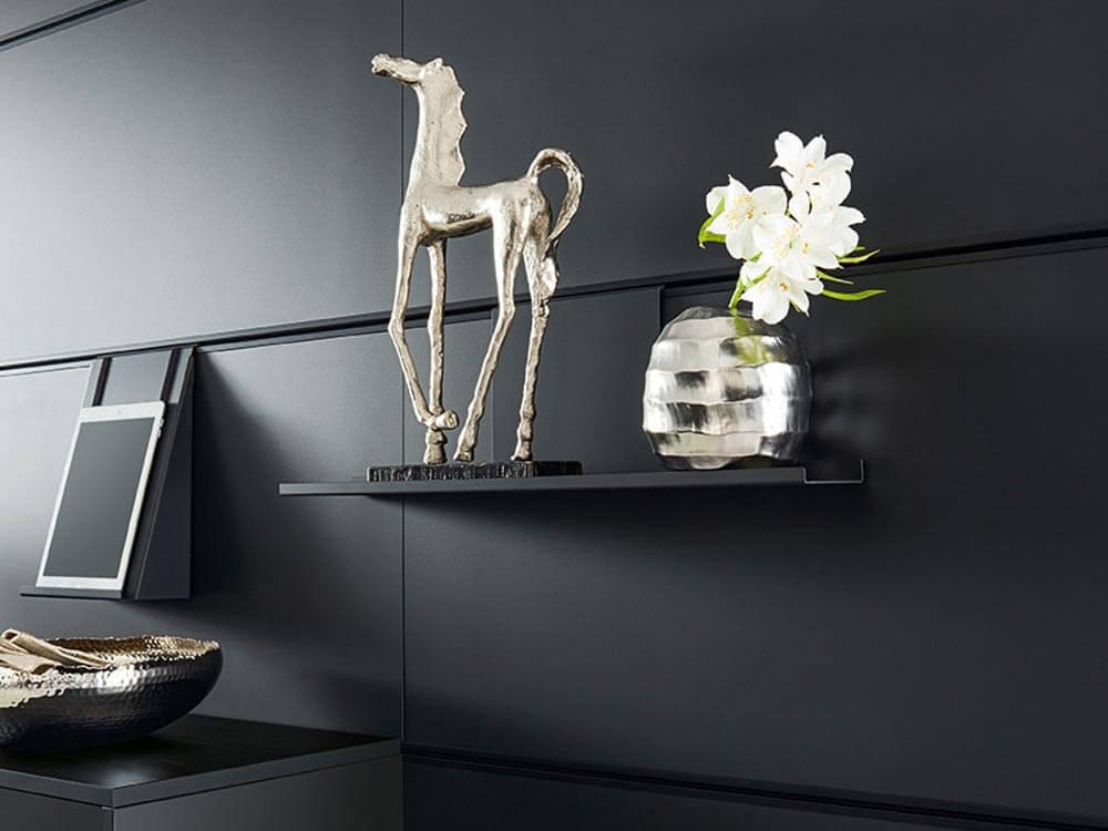 Calba Paneelsystem mit Dekoelement Pferd und Vase im Detail