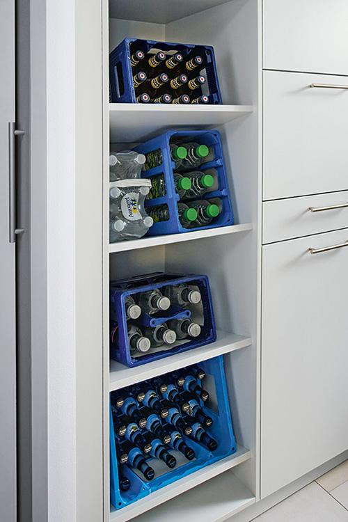 Vorrichtung im Schrank für mehrere Getränkekisten