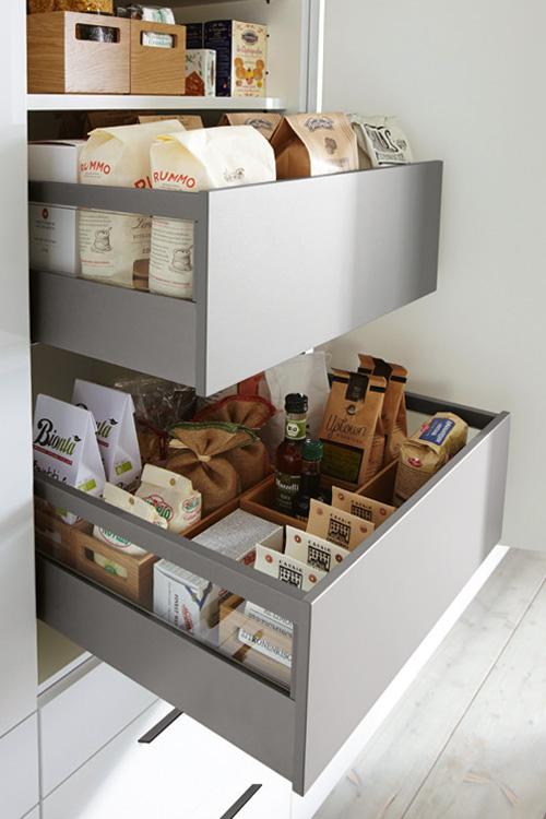 Herausziehbare Innenschübe im Küchenschrank