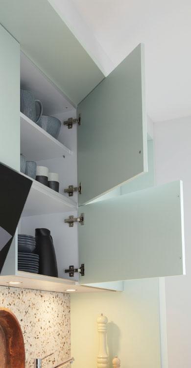 Systhema Küche Bienza in gletscherblau-satin mit Detailansicht Oberschrank offen