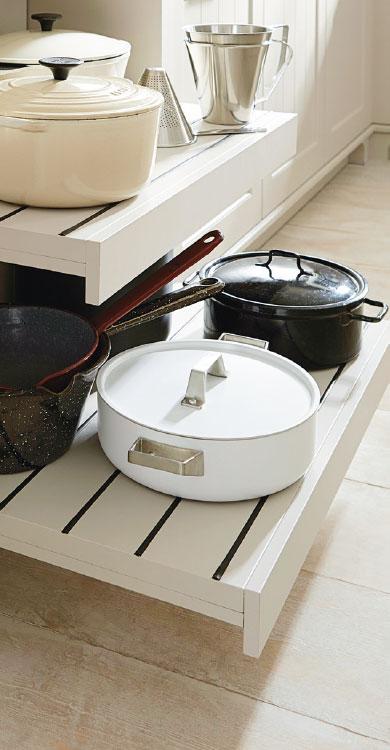 Systhema Küche Caneto in sandgrau-satin Detailansicht Auszug Kochtöpfe