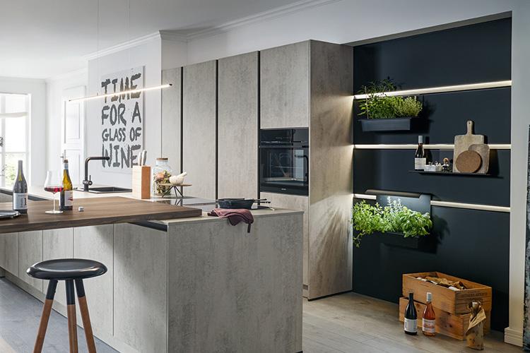 Küche mit Panel-System Wand mit unterschiedlichen Elementen (Kräuter, Essig, Öl)